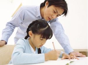家长要不要陪孩子写作业图片
